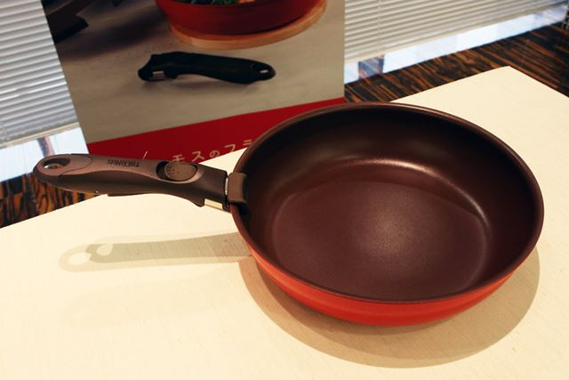 調理でフライパンとして使う時は、取っ手を付けるだけ