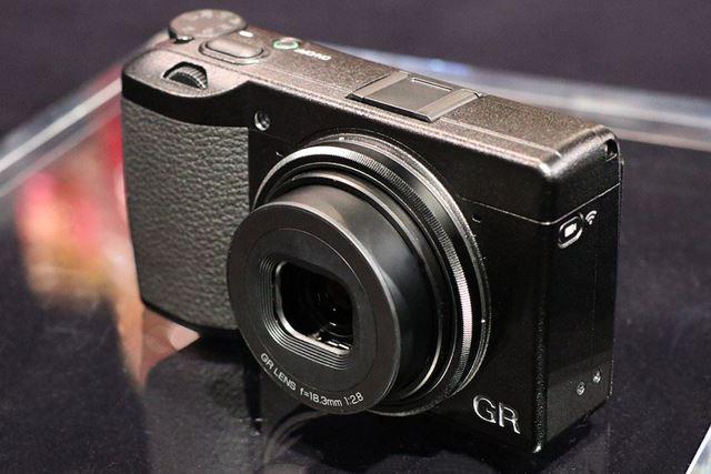 4群6枚(非球面レンズ2枚)構成の新開発レンズを採用。もちろん「GR LENS」の名称が付けられている