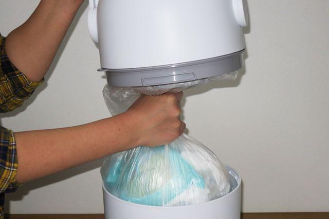 投入口部と本体を分離するとニオイが漏れてくるので、急いでゴミ袋の口を縛りましょう