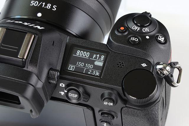 Z 7と同様、ボディ右肩に各種撮影情報を確認できる表示パネルを搭載する