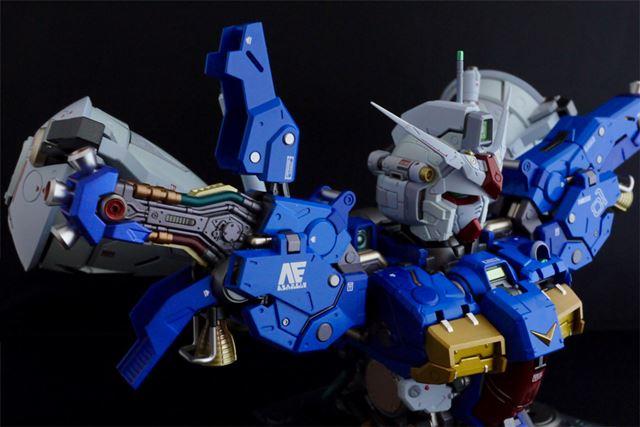 両肩部分の装甲は上下に展開。内部構造がわかるようになっています