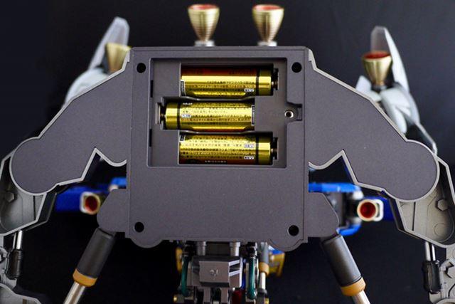本体台座下部に単3形乾電池3本(別売り)をセットします
