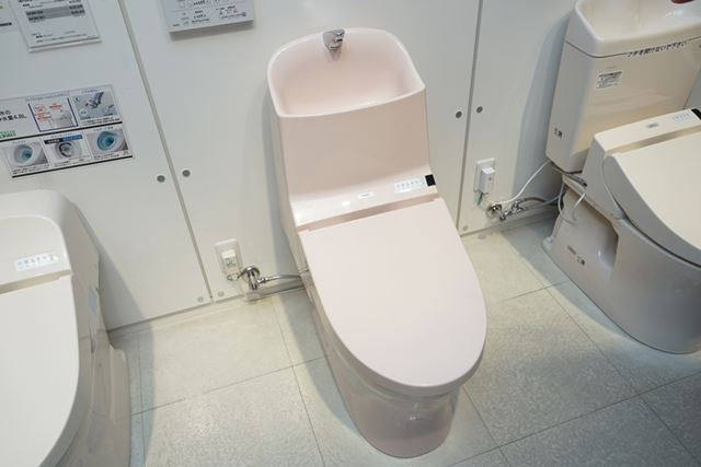 タンク式のウォシュレット一体形便器「GG-800」。手洗いボウルも大きく、使いやすい