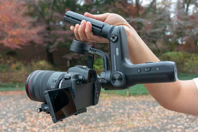 つり下げスタイルでは、カメラがグリップの真下に来るため安定感が増します