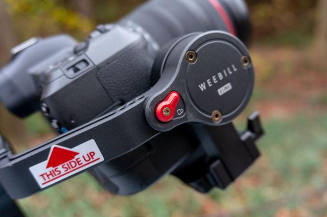 写真中央に写っている赤い部品が、ロックの切り替えを行うロックスイッチ。