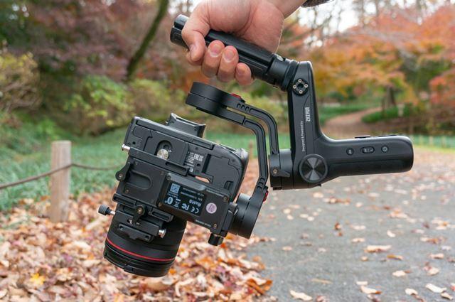 3軸をロックするとジンバルもカメラもグラグラと動き回らないので持ち運びがしやすくなります