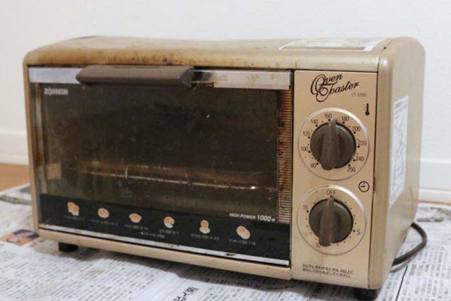 今回掃除するトースター。本体の外側/内側、焼き網などは鉄製です