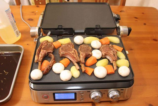 マリネ液に1時間漬けたラム肉と、付け合せの野菜をプレートに置いて……