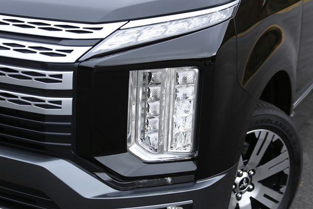 三菱 新型「デリカD:5」のLEDヘッドライトのアップ。縦型ヘッドライトは、三菱では初採用となる