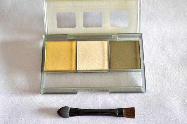 専用ツールを使って塗料をガンプラなどに塗り込んでいきます