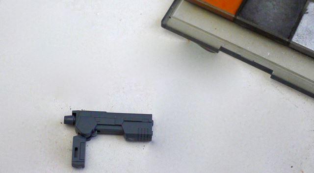 このようなグレー1色の武器でも、表面に「ガンメタル」を筆でサッと塗ると……