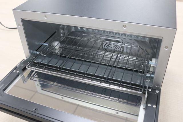 2枚焼きモデル(ブラック)庫内。オーブン調理などに活用できる天板も付属します