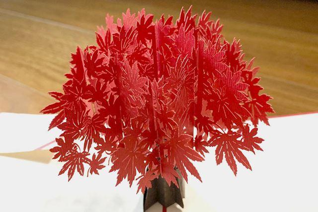 ポップアップするもみじの木は非常に精密に加工されています。これだけでも十分ですが……