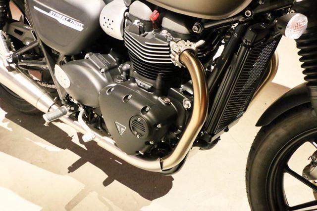 出力が大きく向上した900ccの空冷2気筒エンジンには、大型のフィンが刻まれ空冷のように見える