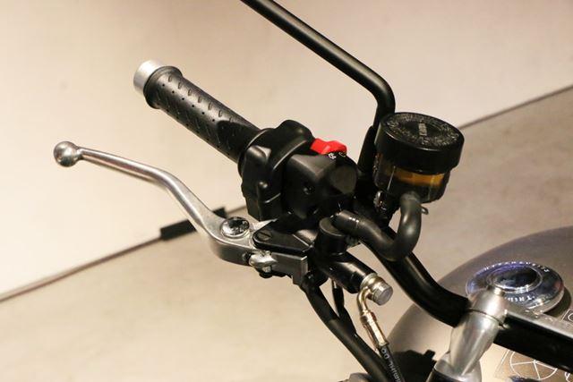 ブレーキのマスターシリンダーはニッシン製。タンク別体のものが装備されている