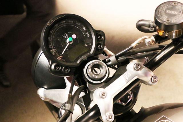 速度とタコメーターが一体となったシンプルなメーターだが、情報の表示量は意外と多い