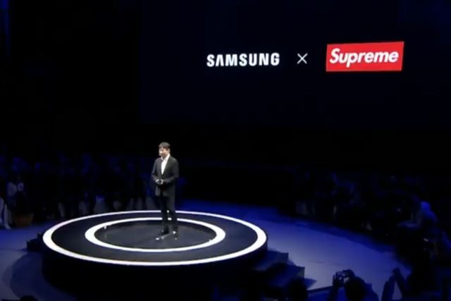 「Galaxy A8s」の発表会で大々的に発表されたサムスンとSupreme(Italia)とのコラボ