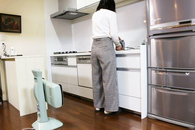 横に動くことの多い台所では、ヒーター部を横向きにして首振り運転すれば、足もとの冷えが軽減できそう!