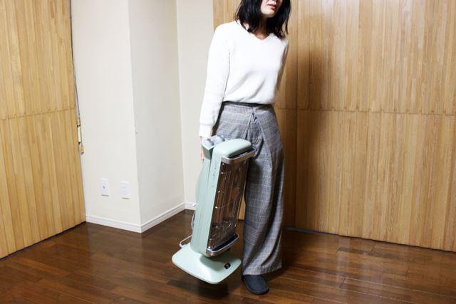 重量は約6.7kgありますが、本体後方に取っ手があるので女性でもそれほど苦労せずに運べます