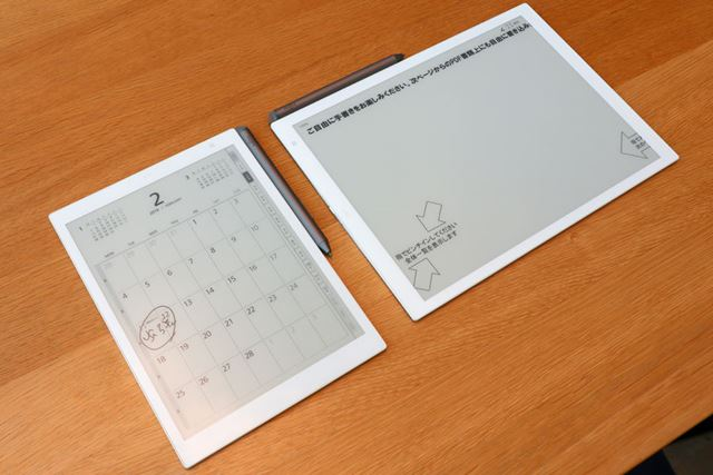 左がA5サイズの電子ペーパーP02、右がA4サイズの電子ペーパーP01