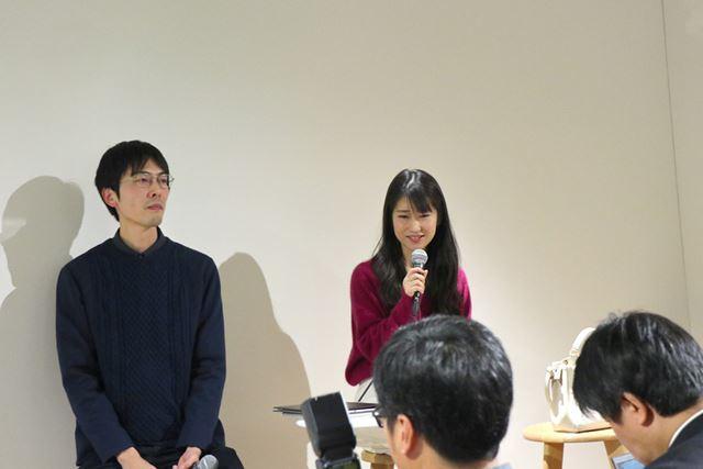 発表会にゲストとして登場した高橋氏(左)と菅氏(右)。電子ペーパーを数日間試した感想を述べた
