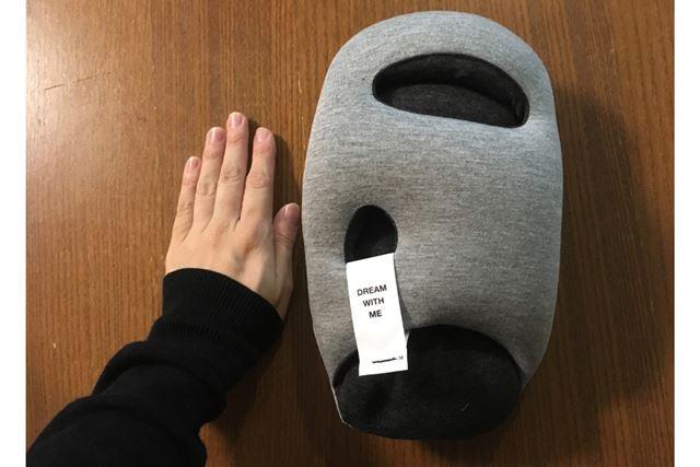 ムニュんとした形状のクッションで、手より一回り大きいくらいのサイズ感です!