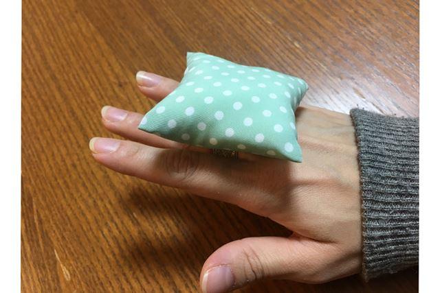 手のひらサイズで、指輪のように付けて使います
