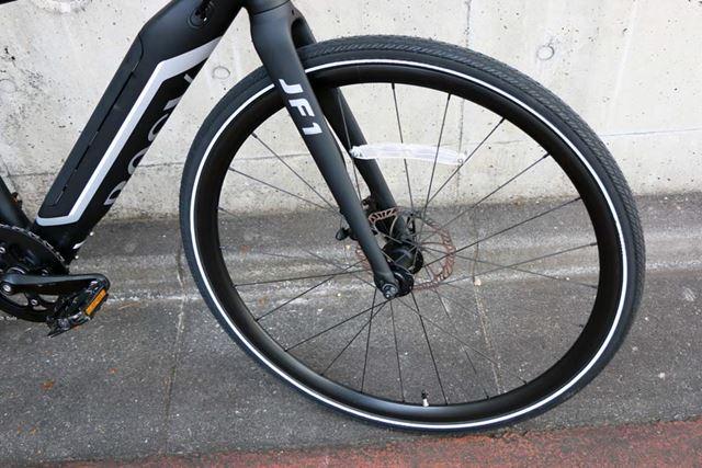 ロードバイクなどと同じ700Cのホイールを装着。径が大きく、速度の維持がしやすい