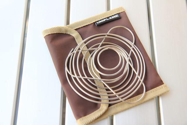 ドリッパーをたたむと、写真のように薄くなり、スッキリ収納できます。専用の収納バッグ付き