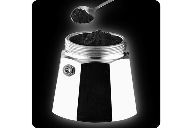 バスケット(フィルター部)をセットし、挽いたコーヒー豆を入れます