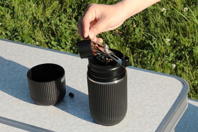 ミルをタンブラーにセットし、コーヒー豆をメジャーカップで量って入れます