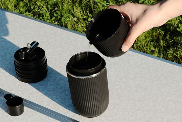マグのお湯をドリッパーに注げばコーヒーの完成です。マグには注ぎ口が付いているため、少しずつ注げます