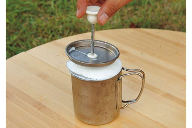 完成したフォームドミルク。スプーンですくい、コーヒーに載せましょう