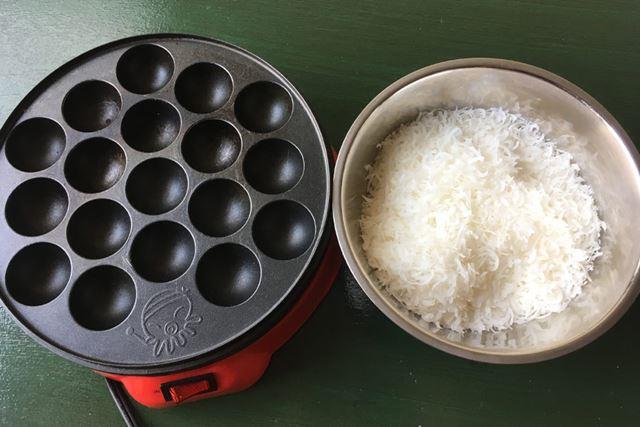 たこ焼き器です。これにフレーク状のお餅を入れてモチボールを作っていきます
