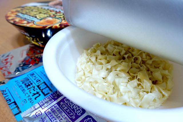 麺は、超幅広のノンフライ麺を使用。まるで、きしめんのような姿です