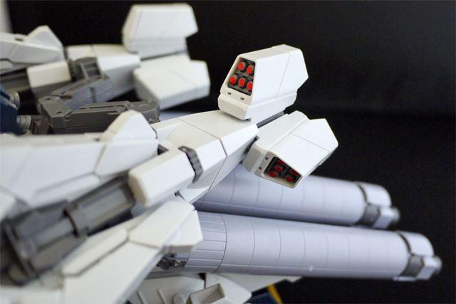 後部ミサイル・ポッドはパーツ取り外しで展開。ミサイル先端の赤部分は全部シールです