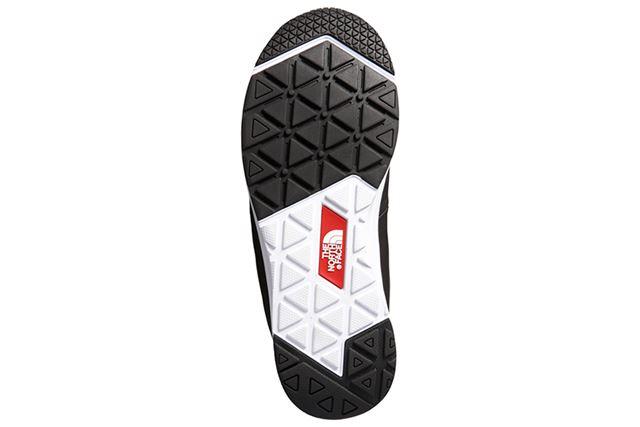 チャッカーブーツタイプでも、軽くやわらかいソールはアスファルトの地面でも歩きやすい