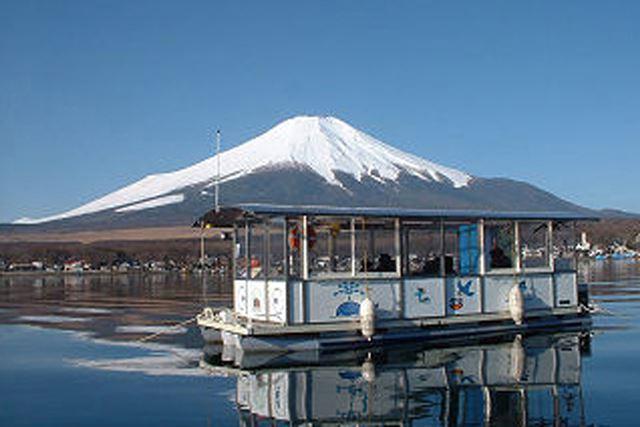 壮大な富士山をバックにワカサギ釣りに興じられる!