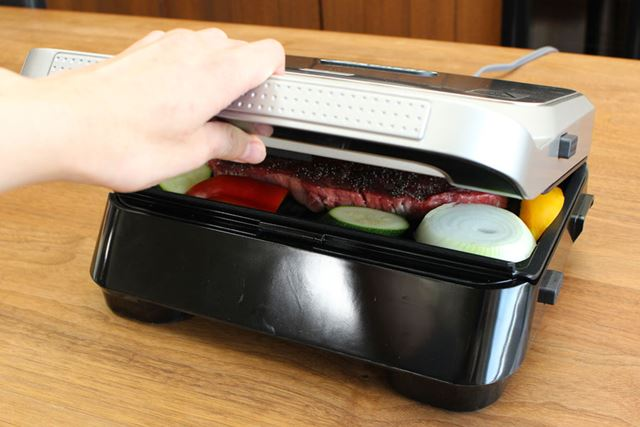 付け合わせの野菜も一緒に焼いてしまうと便利! 食材をグリルに乗せてフタを閉めます