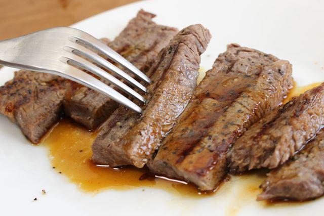 お肉に焦げ目を付けるために5〜6分焼くと、ウェルダンな焼き加減に。激ウマでどんどんイケちゃいます!