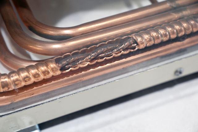 ヒートポンプユニットの中に配置されている管の中に気体と水を流して加熱する仕組みです
