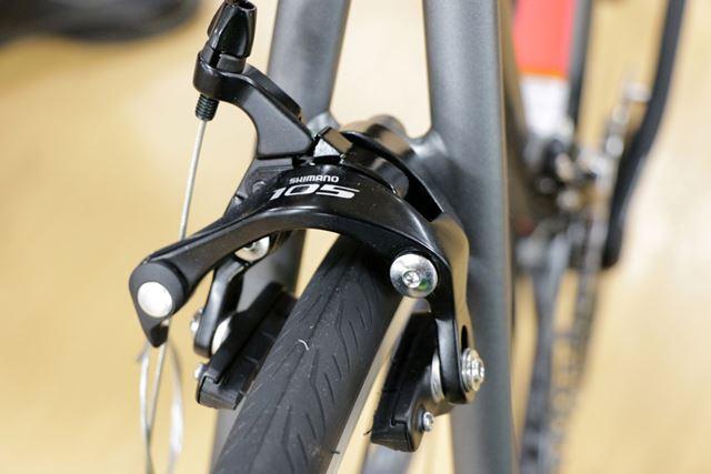 従来からある、リムを挟み込んでブレーキをかけるリムブレーキ。キャリパーブレーキとも呼ばれる