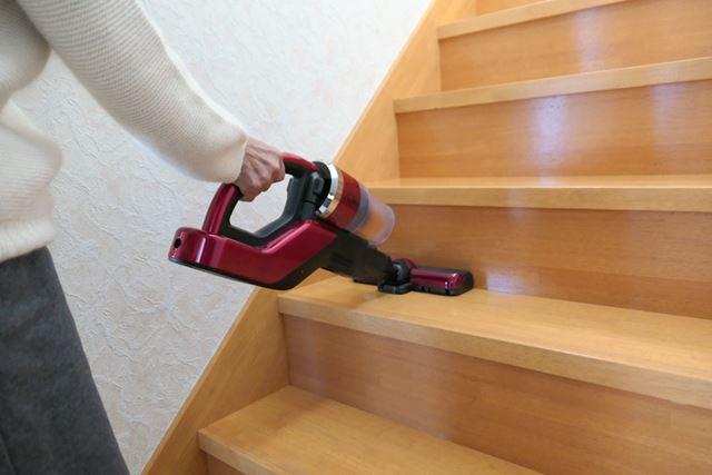 延長ホースを取って短くするとハンディ型に。階段掃除もしやすい!
