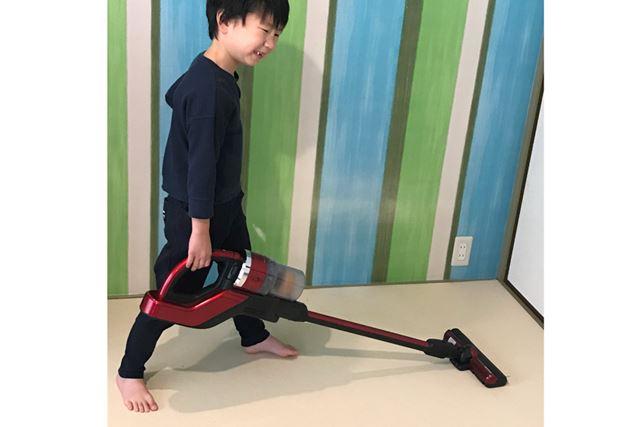 軽く操作できるコードレススティック掃除機は子どもにも使いやすいので、お手伝いのやる気を盛り上げます