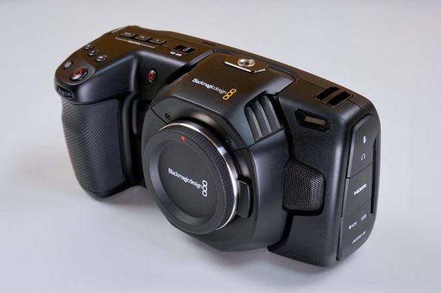 決してポケットサイズではありませんが、4Kシネマカメラを標榜する製品としてはコンパクトです