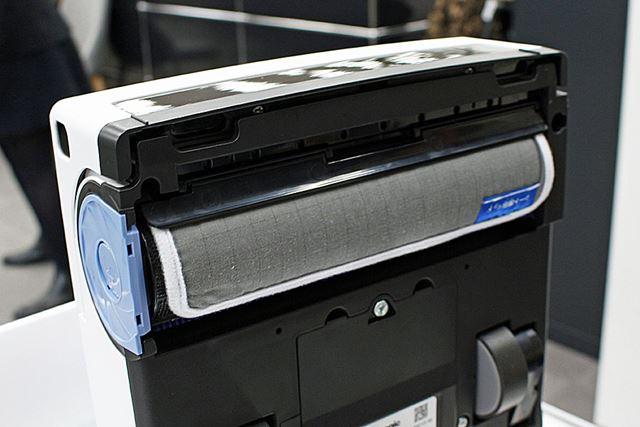 使い捨てシートを使用する際にはローラーに「シート専用パッド」を巻き付け、本体にセット