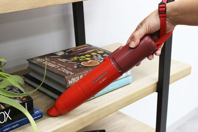 ハンドルがない筒型デザインなので、本体を握って掃除します