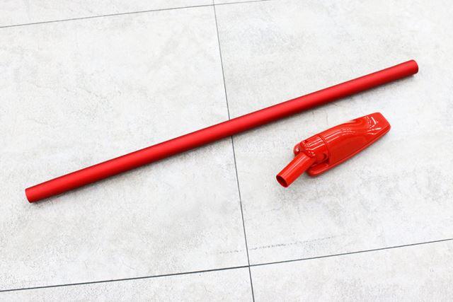 一般的なスティック掃除機と比べると細いパイプとノズルを本体に装着します