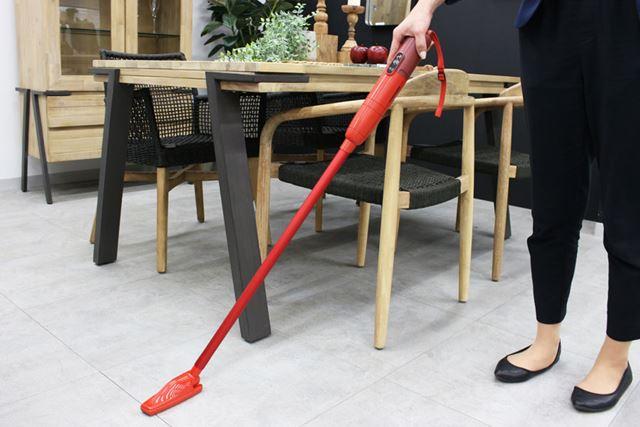 スティック掃除機スタイルにしてもスリム! サイズは55(幅)×91(奥行)×1,072(高さ)mmで、重量は約750g