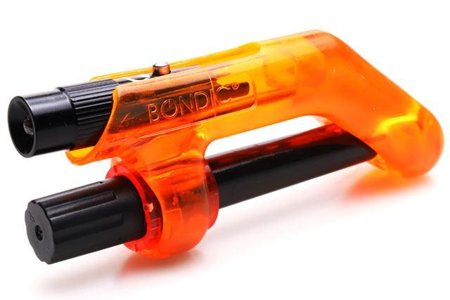 紫外線硬化樹脂の液体ボトル(下)とUVライト(上)が一体となった「ボンディック エヴォ」
